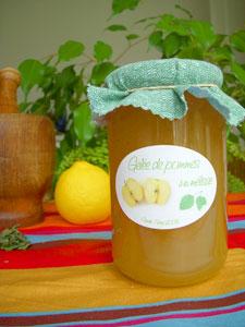 Etiquette et pot de gelée de pommes à la mélisse