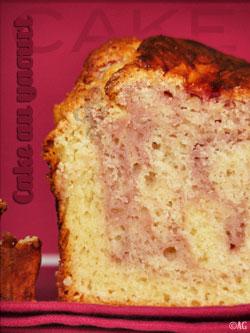 Cake marbré au yaourt grec, coulis de fraise & chocolat blanc