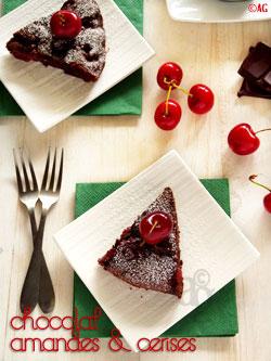 Gâteau au chocolat, amandes & cerises fraîches