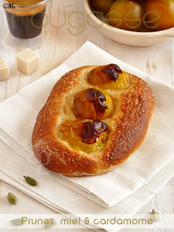Fougasse aux prunes, miel & cardamome verte