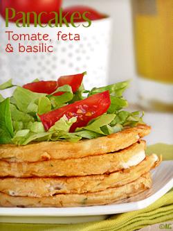 Pancakes aux tomates, feta & basilic