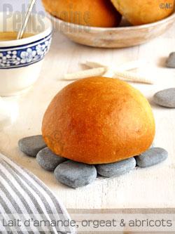 Petits pains au lait d'amande, orgeat & abricots frais