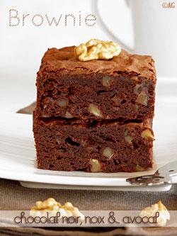 Brownie au chocolat noir, cerneaux de noix & avocat